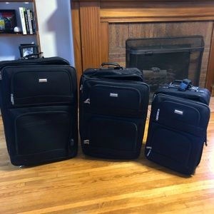 🔴 SOLD 🔴 3-piece luggage set